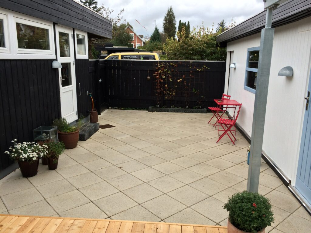 2.-Gårdhave-belagt-med-lyse-betonfliser